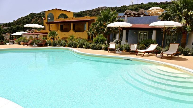 Piscina esterna con idromassaggio Hotel Isole Eolie