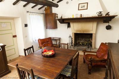 Lepre con mobili d'epoca, soggiorno e angolo cottura