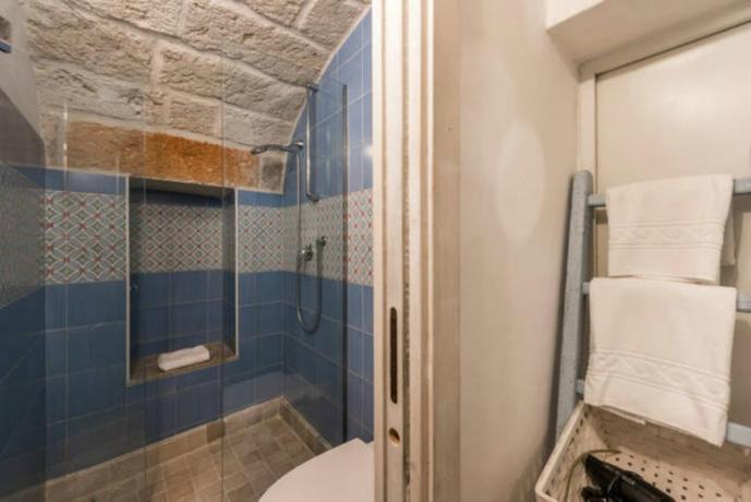 Bagno con ampio box doccia appartamenti Polignano