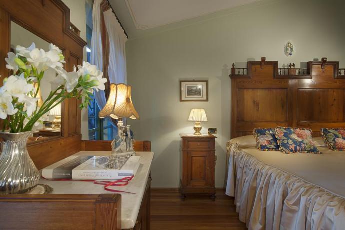 Camera matrimoniale con mobili antichi in Lombardia