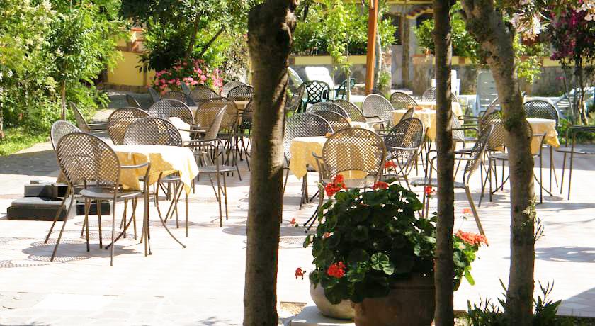 Piazzetta-bar Villaggio nel Parco Nazionale del Cilento