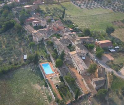 Vista aerea dell'agriturismo con piscina
