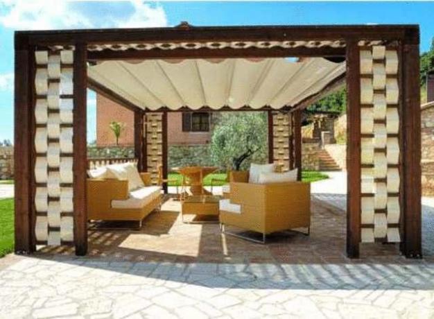 cortile zona relax con sedie e tavoli