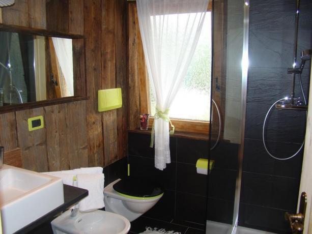 Bagno camera in legno con doccia a S.Vigilio