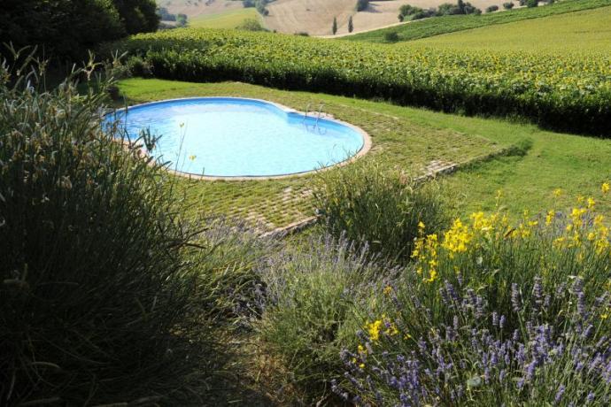 Agriturismo con piscina privata nelle Marche