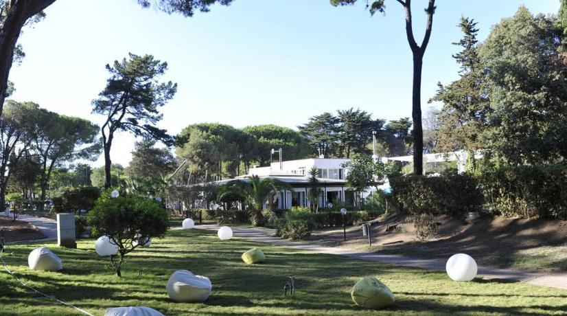 Resort con grande giardino a Baia-Domizia ideale famiglie