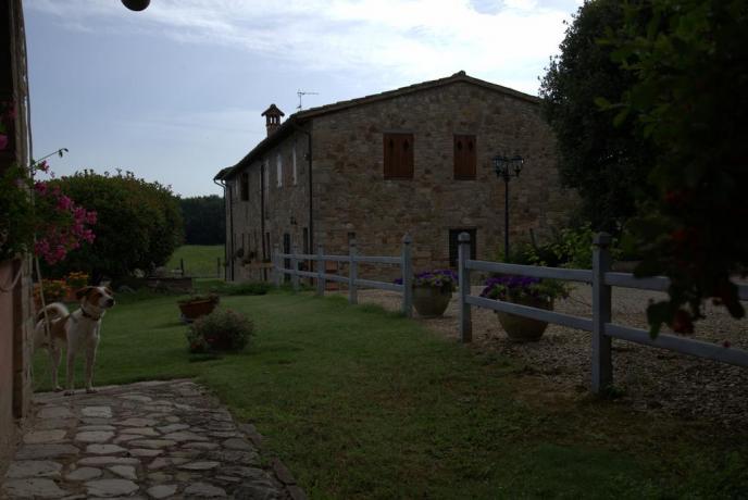 Casale con Appartamenti Vacanza vicino Todi