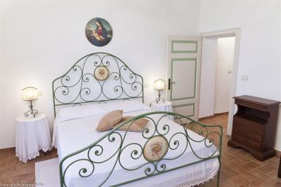 Appartamento Tortora, camera con mobili d'epoca