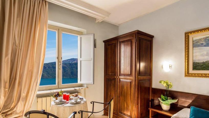 Camera matrimoniale con finestra sul Lago Albano