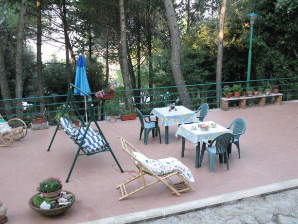 Area relax con sedie dondolo B&B a Corciano