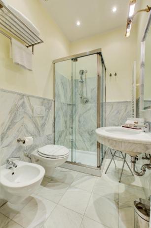 Doccia a vista camera basic hotel4stelle a Verucchio