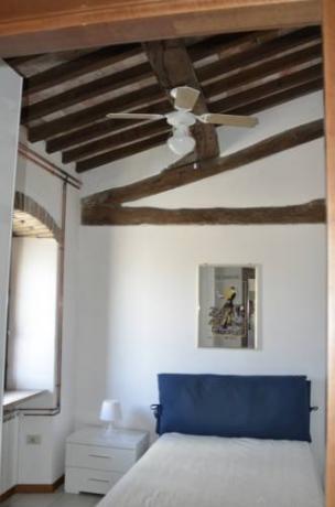 Camera da letto dell' appartamento a Corciano