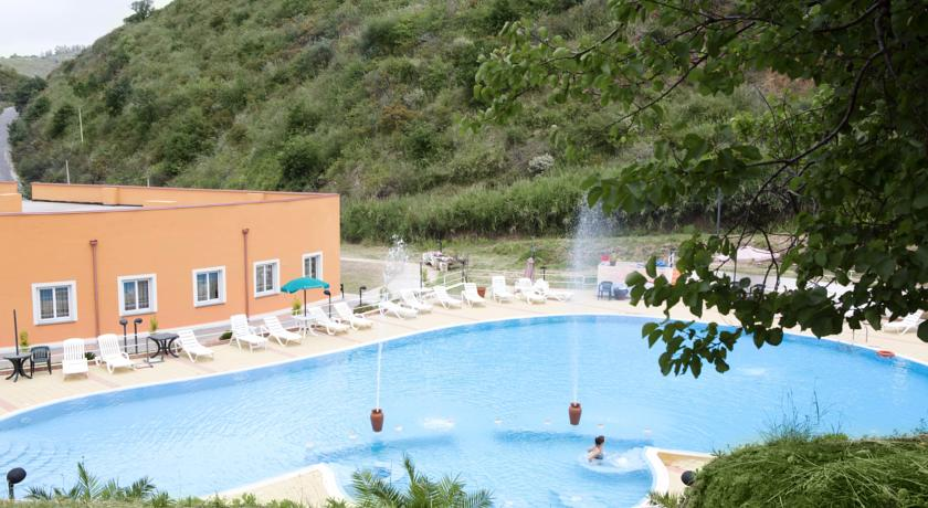 camere-piscina-fronte-mare-vista-isole-eolie-resort-terme-benessere