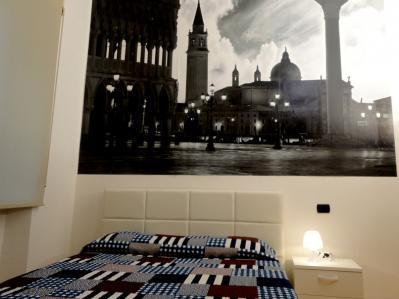 Camera Venezia arredata con cura