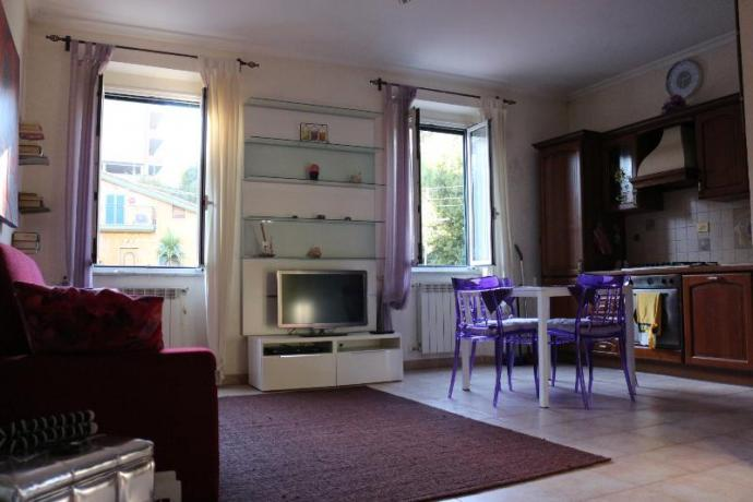 cucina attrezzata e soggiorno con tv