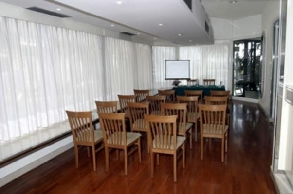 sala riunioni con attrezzatura