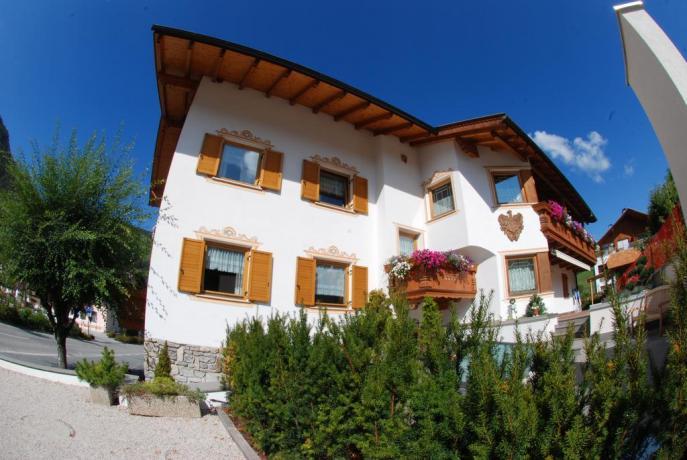 Esterno Villa Alpinacon Centro Benessere in Trentino