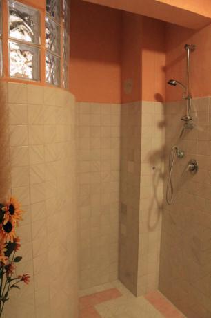 Bagno con doccia appartamento agriturismo Valfabbrica