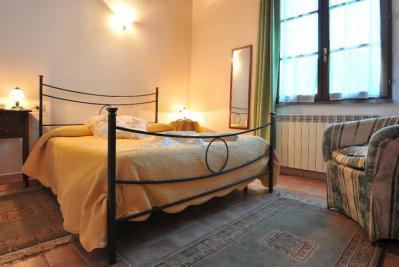 Ampie camere con letto in ferro battuto