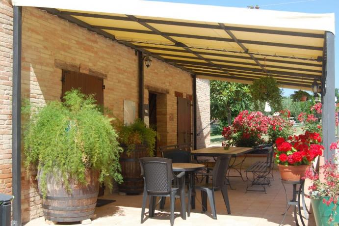 Giardino con veranda e piscina country-house Macerata