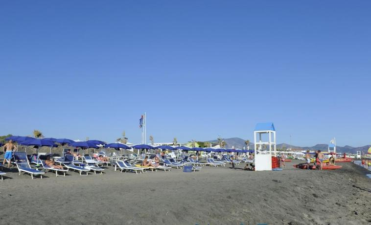 Spiaggia con chalet, bagni, docce fronte resort Baia-Domizia