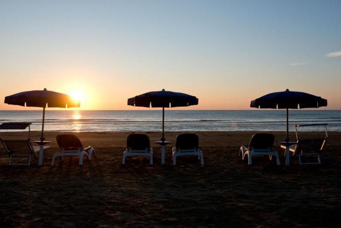 Spiaggia attrezzata con ombrelloni a Vieste