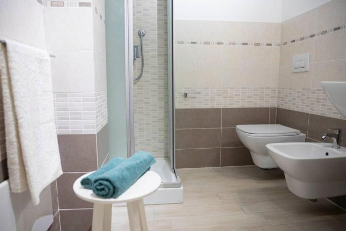 Bagno privato con box doccia appartamento-vacanze Isola Rossa
