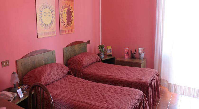 Camera doppia con letti singoli nell'hotel in Sicilia