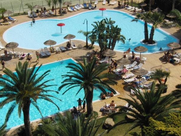 Panoramica piscina olimpionica del villaggio