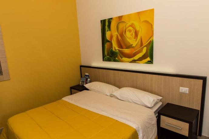 Camera matrimoniale appartamento rosa gialla a Bari