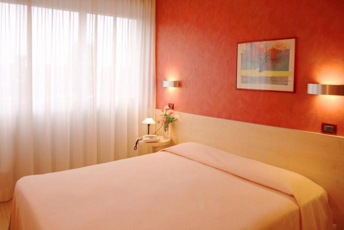 Camera da letto con balcone in centro storico