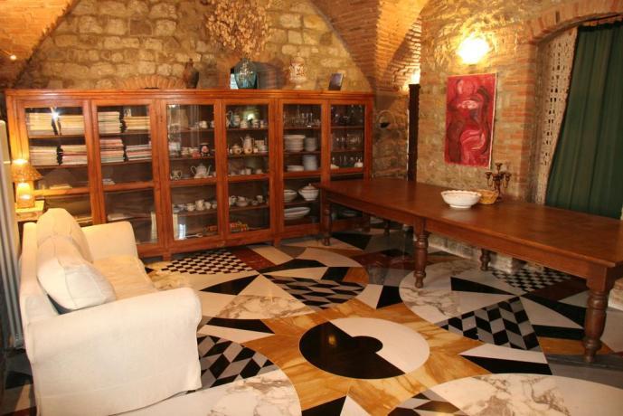 Suite Gialla soggiorno pavimento marmo relais Calenzano