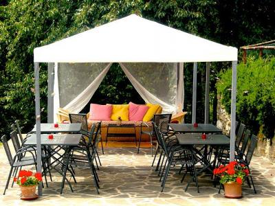 Gazebo per mangiare all 39 aperto country house di charme for Piani gazebo con camino