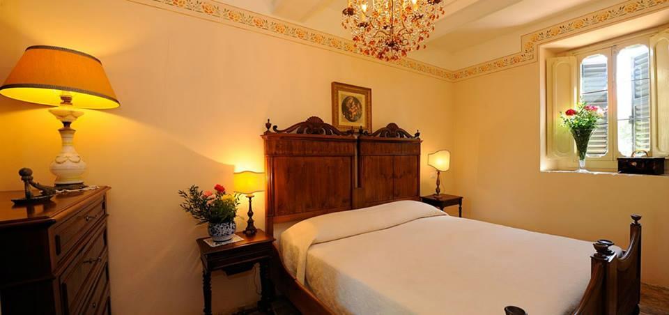 Suite con letto matrimoniale e mobili-epoca Perugia-Piscille