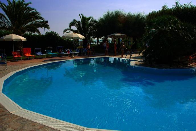 Albergo in Abruzzo, giardino con piscina, spiaggia privata