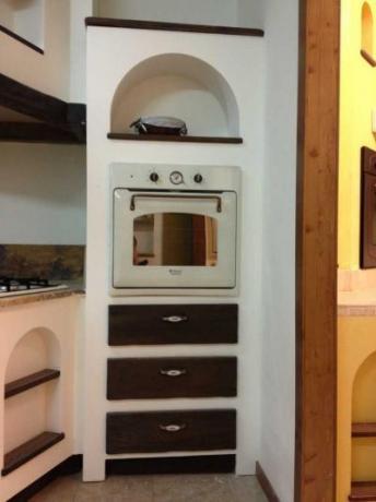 Particolare colonna forno con cassetti cucine legno massello produzione e vendita spello - Cassetti per cucine in muratura ...