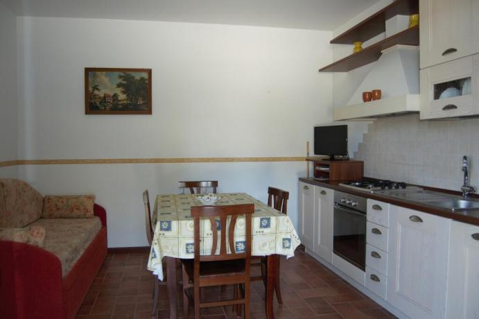 Casale in campagna vicino Macerata con cucina