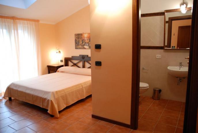 Camera matrimoniale con bagno hotel ad Alfedena
