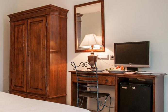 TV e Pasto in camera all'albergo di Noto