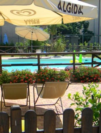 Giardino con piscina attrezzata