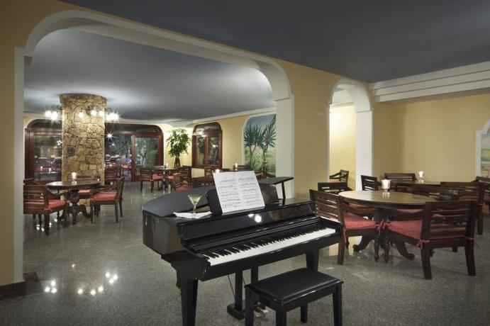 Pianoforte nella Sala Ristorante Albergo a Orosei