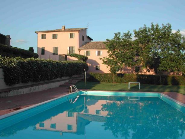 Piscina dell'Agriturismo con appartamenti in Umbria