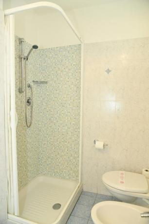 Bagno privato camera con spazioso box doccia