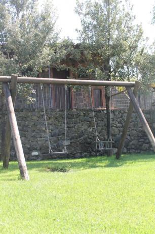 Agriturismo ad Adrano con altalene per bambini