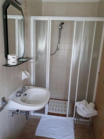 Bagno privato camera con ampio box doccia