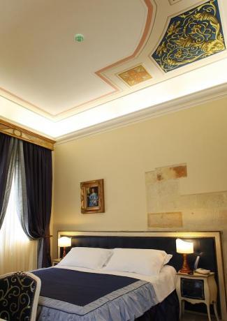 camera con affreschi in hotel 4 stelle