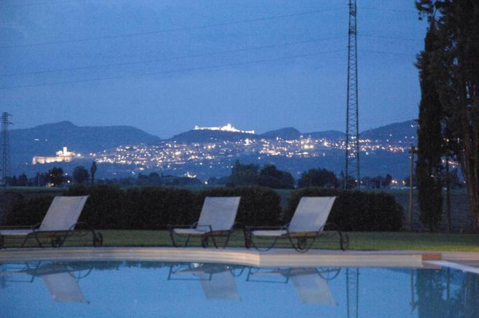 Resort in campagna, vista su Assisi