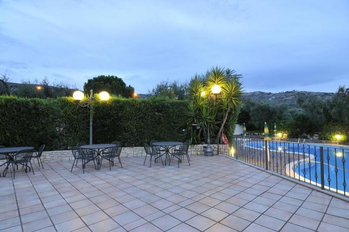 Terrazza e piscina albergo 3 stelle nel Gargano