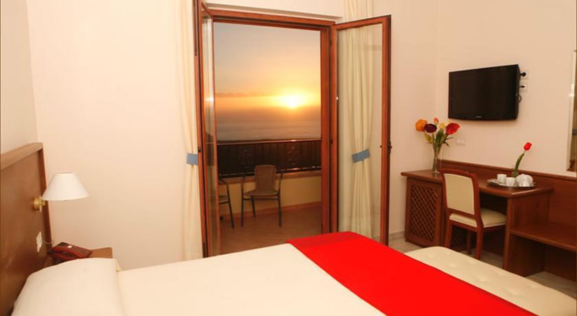 camera matrimoniale con panorama sul mare a Tortora