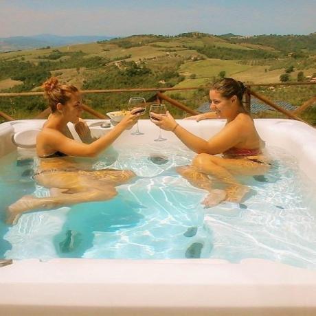 Aperitivo vasca idromassaggio B&B casale San Terenziano